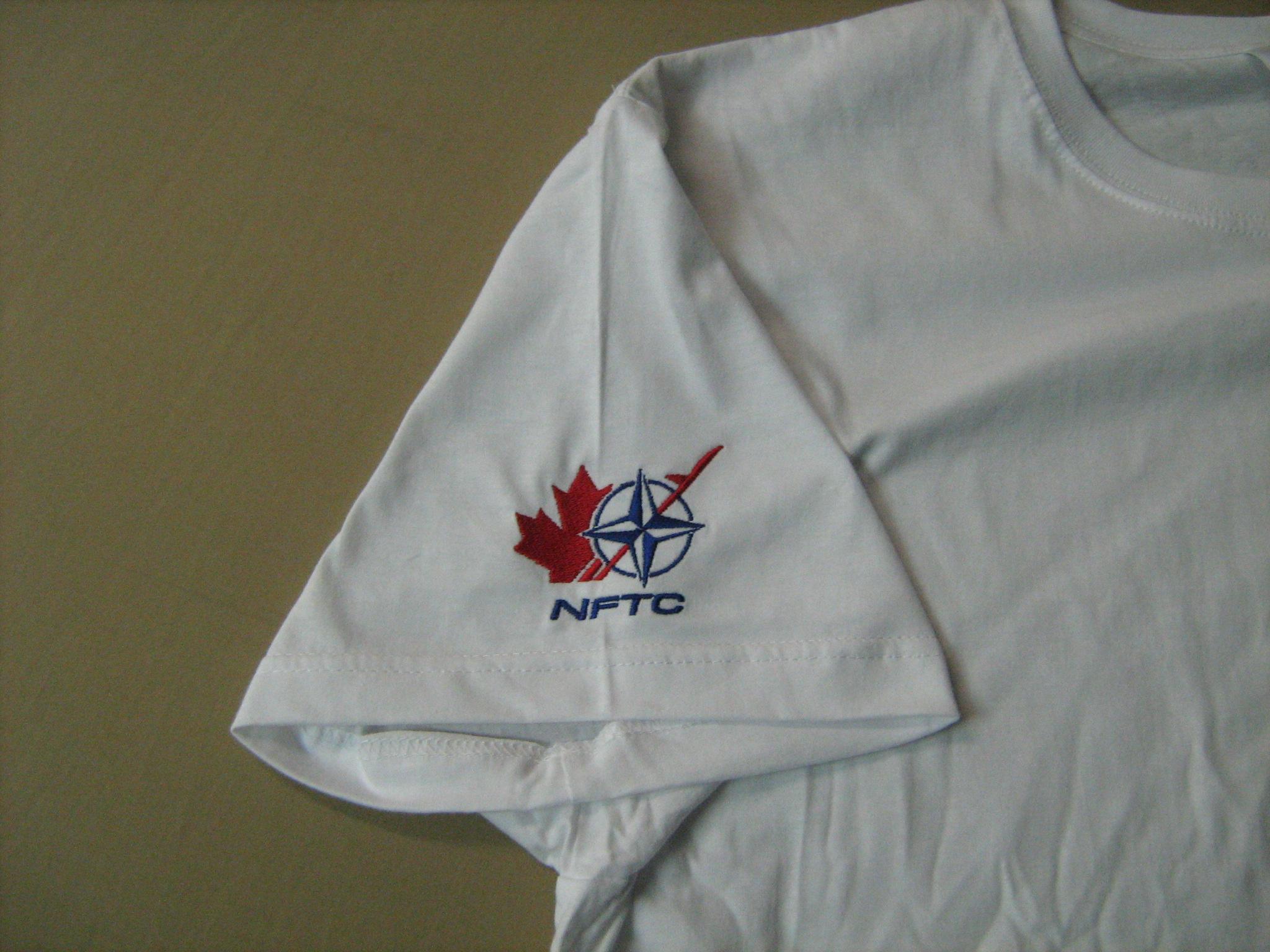 logóval hímzett póló